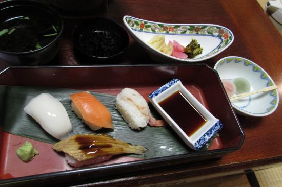 Kaieikan Shachitei : 夕食、寿司、デザートの蒟蒻もち