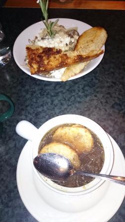 Cahilty Creek Bar and Grill : Луковый суп и блюдо из баранины