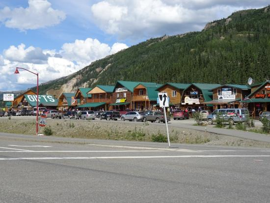 Denali Princess Wilderness Lodge: Shops along Main Street.....
