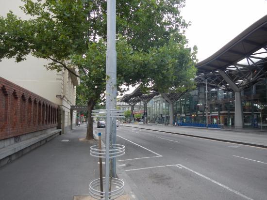 バイブ サボイ ホテル メルボルン, 右が駅、左がホテルです。入口は左折したところにあります