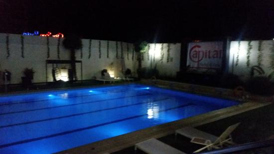 Capital Hotel and Spa: pool at night