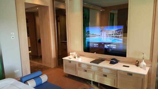 geniealer fernseher im spiegel integriert photo de. Black Bedroom Furniture Sets. Home Design Ideas