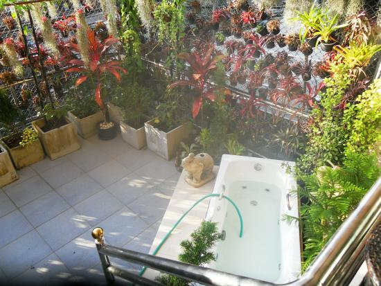 The Nine Hotel @ Ao Nang: Terrasse with jacuzzi just above the busy street