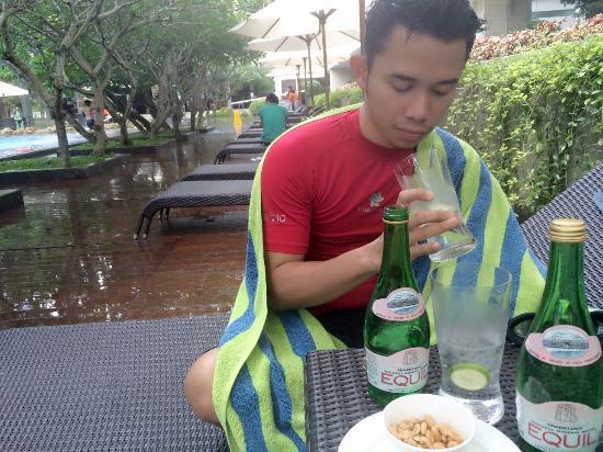Depok, Indonesia: Swim-snacking