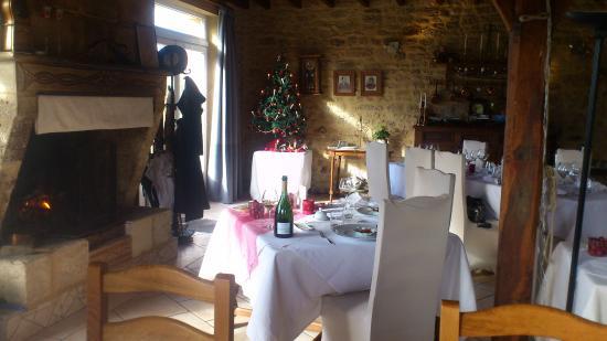 """Saint-Avit-Senieur, Francia: la salle et """"notre table """" devant la cheminée"""