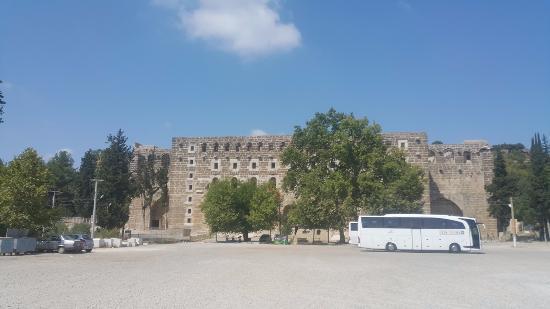 Aspendos Ruins and Theater: Otoparktan görünüş