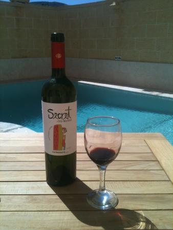 Ghasri, Malta: a nice bottle of wine in the nice warm sun by the pool