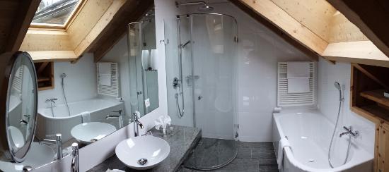 Hotel ENGIADINA: Salle de bain