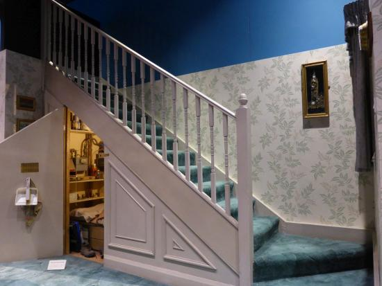 schrank unter der treppe bei den dursleys picture of warner bros studio tour london the. Black Bedroom Furniture Sets. Home Design Ideas