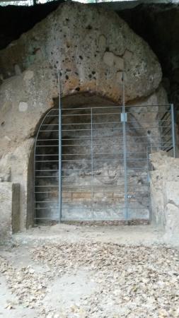 Sovana, Италия: demoni alati dettaglio