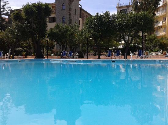 Carlton International Hotel: Great pool area