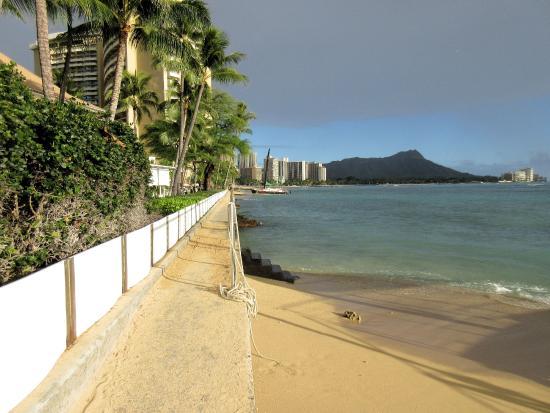 ハレクラニ ホテル, ホテル前のビーチは狭いですがダイアモンドヘッドが見えるすばらしいビーチです。