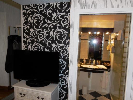 Gray, Frankrike: la salle de bain vue de la chambre