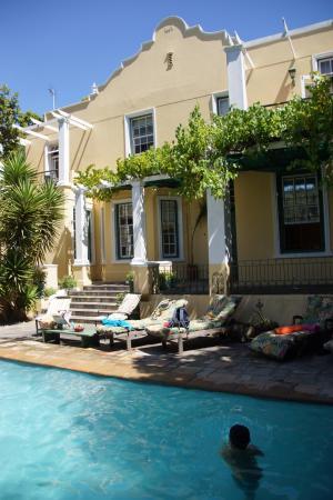 Mountain Manor Guesthouse: zwembad gelegen voor het KaapHollandse huis