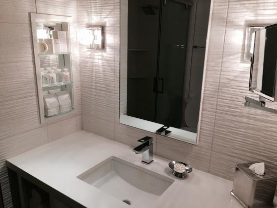Huntley Santa Monica Beach: Spa oasis bathroom with movie star lighting!