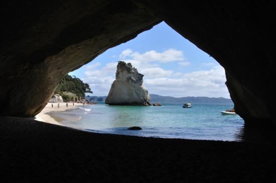 Hahei, Nueva Zelanda: View through the limestone arch