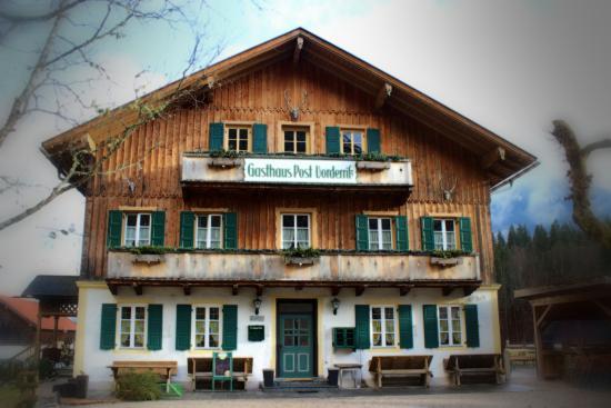 Lenggries, Almanya: Historischer Gasthof, Ansicht vom Biergarten