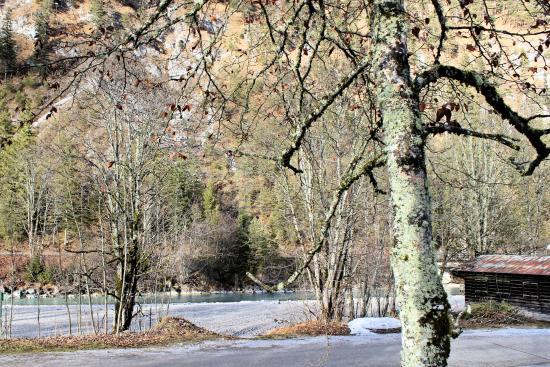 Lenggries, Almanya: Flussbett der Isar gegenüber des historischen Gasthofes