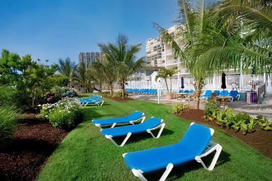Carousel Resort Hotel & Condominiums: Tropical Lawn