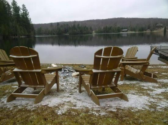 Bancroft, Canadá: Muskoka chairs and firepit overlooking the lake