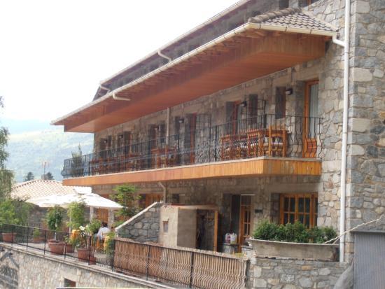 Hostal La Cabanya: Parte delantera del hotel