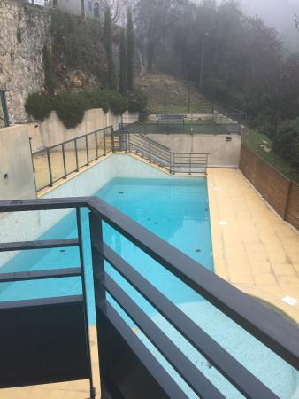 Eza Vista: piscina non attiva in inverno vista dalla n 600