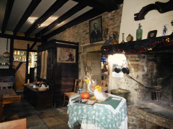 Auberge de la Quatr'Heurie: une partie de la salle principale : cheminée avec pièces d'antiquité ...