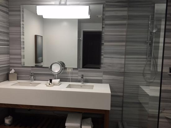 Hyatt Centric The Pike Long Beach: Bathroom