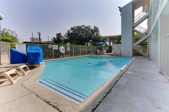 Motel 6 Houston West- Energy Corridor: Swimming Pool