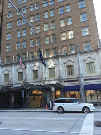Club Quarters Hotel in Houston: facade classée et voiture aux armes de l'hôtel