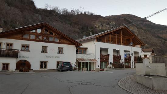 Sluderno, Italia: Hotel visto dalla strada