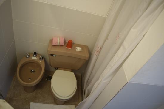 Hotel Dollar: Banheiro (com o detalhe do box com cortinas)