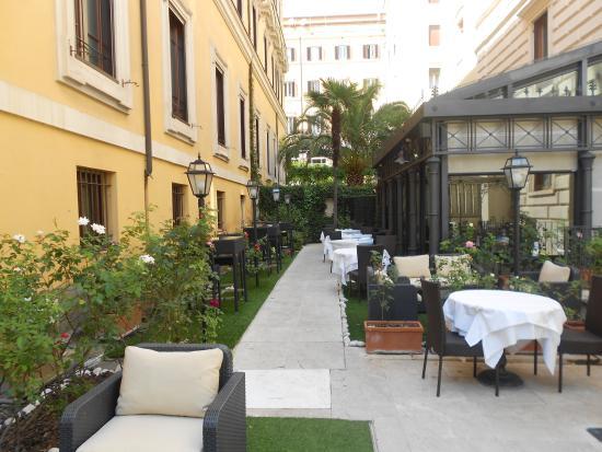 Attractive Rose Garden Palace: Courtyard At Rose Garden