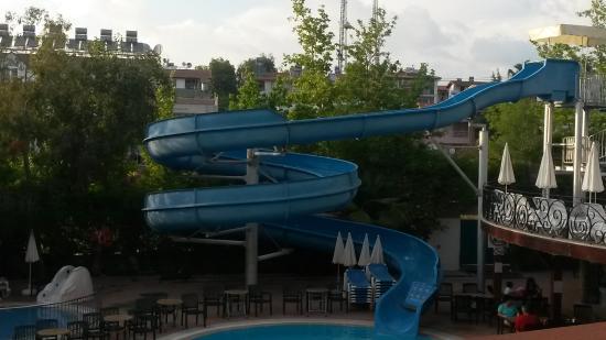 Dosi Hotel: Huge slide at pool