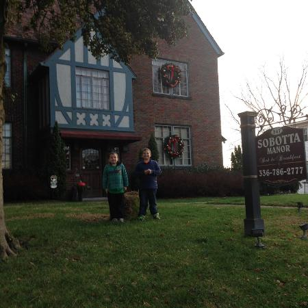 Sobotta Manor Bed & Breakfast: Kids Out Front