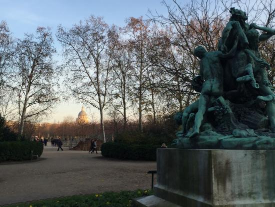 Paris, França: Une des nombreuses statues du Jardin du Luxembourg