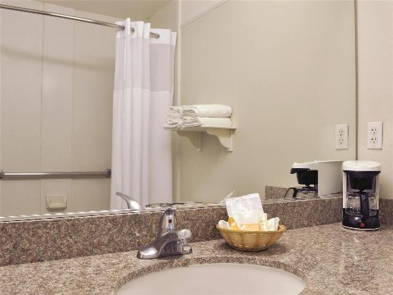 La Quinta Inn & Suites Modesto Salida: bathroom