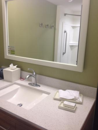 Rahway, NJ: Spotless bathroom