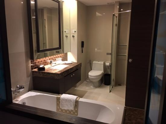 The Berkeley Hotel Pratunam: Open Concept Bathroom