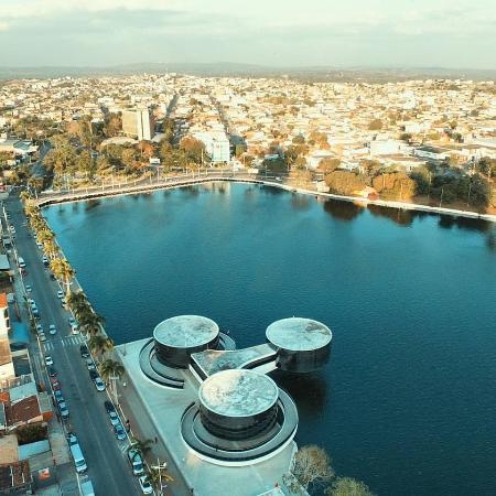 Acude Velho: Vista aérea, com o Museu dos Tres Pandeiros: Obra arquitetônica de Oscar Niemeier