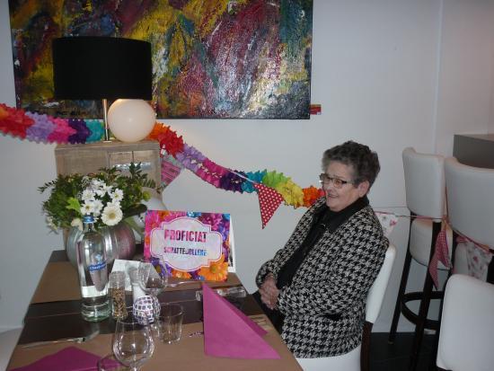 Scharendijke, เนเธอร์แลนด์: Ma is jarig !  Mooi versierde tafel en verjaardagkaart