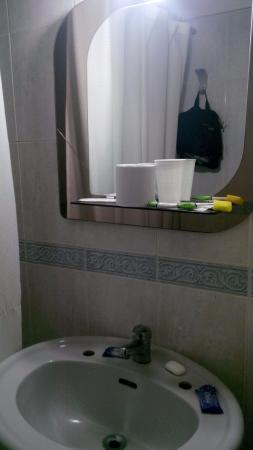 Treinta Y Tres : Espejo en el baño