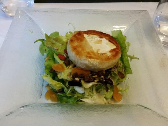 Can Jepet: Ensalada de queso de cabra con frutos secos. La recomiendo.
