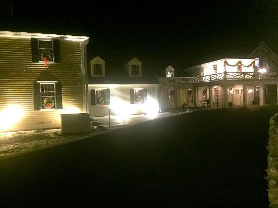 West Brookfield, MA: Nighttime putside of the Inn