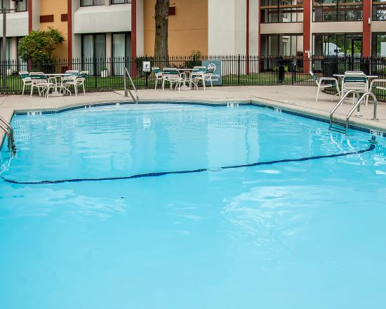 Quality Inn Kansas City I 435n Near Sports Complex Outdoor Pool In Beautiful Courtyard