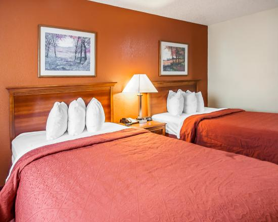 Quality Inn Kansas City I-435N Near Sports Complex: 2 Beds Queen-Queen GuestRoom at Quality south of Worlds of Fun