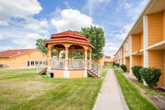 Independence, MO: Outdoor Gazebo in Beautiful Courtyard Seatings at Quality Inn & Suites Kansas City I-70 East Hot