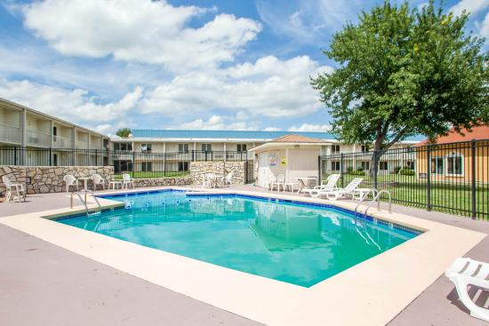 Outdoor Pool Quality Inn & Suites Kansas City I-70 East in Independence Missouri