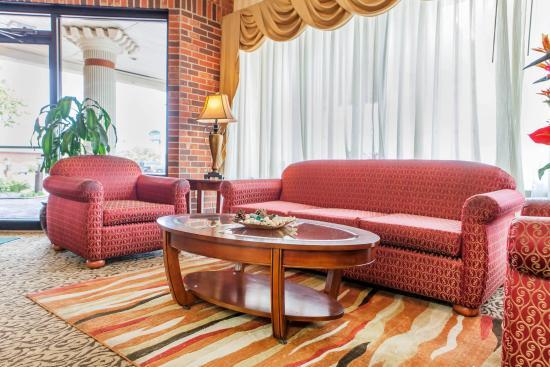 อินดิเพนเดนซ์, มิสซูรี่: Guest Welcome Lobby Seatings at Check In at Quality Inn & Suites near Downtown Kansas City & Ind