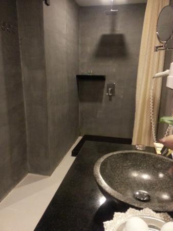 Golden Temple Hotel: Renovated Bathroom & Shower